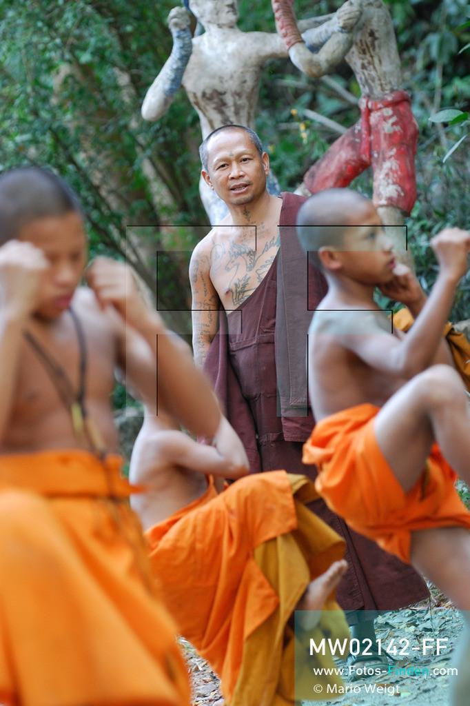 MW02142-FF | Thailand | Goldenes Dreieck | Reportage: Buddhas Ranch im Dschungel | Abt Phra Khru Bah Nuachai Kosito lernt den jungen Mönchen Muay Thai (Thaiboxen).  ** Feindaten bitte anfragen bei Mario Weigt Photography, info@asia-stories.com **