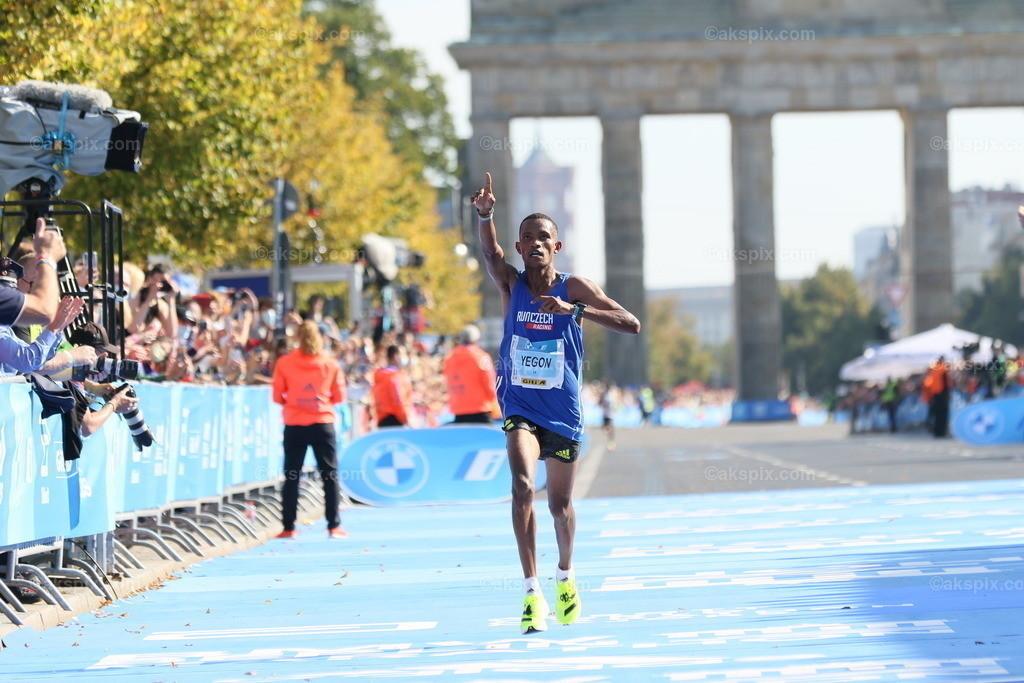 Guye Adola aus Äthiopien gewinnt den Berlin-Marathon 2021   26.09.2021, Berlin, Deutschland. Guye Adola aus Äthiopien gewinnt den 47. Berlin-Marathon in 2:05:45 Stunden. Den 2. Platz gewinnt der Kenianer Bethwel Yegon mit 2:06:14 Stunden und  den dritten Platz gewinnt der Top-Favorit Kenenisa Bekele mit 02:06:47 Strunden. Das Bild zeigt Bethwel Yegon.