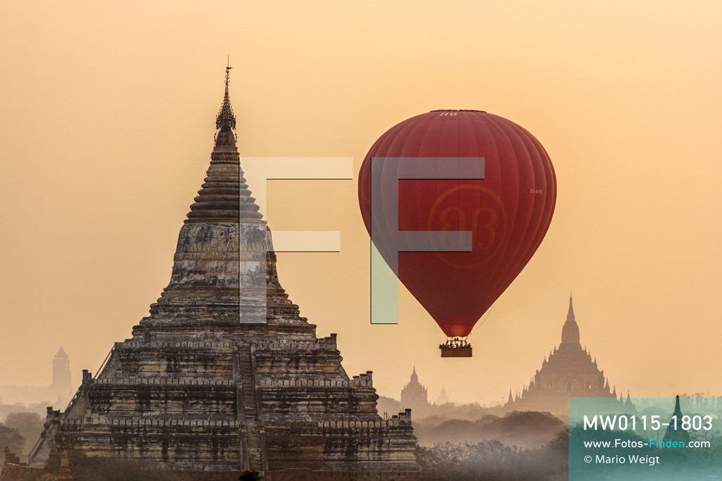 MW0115-1803 | Myanmar | Bagan | Meditative Fotos | Ballon zwischen den Tempeln in Bagan  ** Feindaten bitte anfragen bei Mario Weigt Photography, info@asia-stories.com **