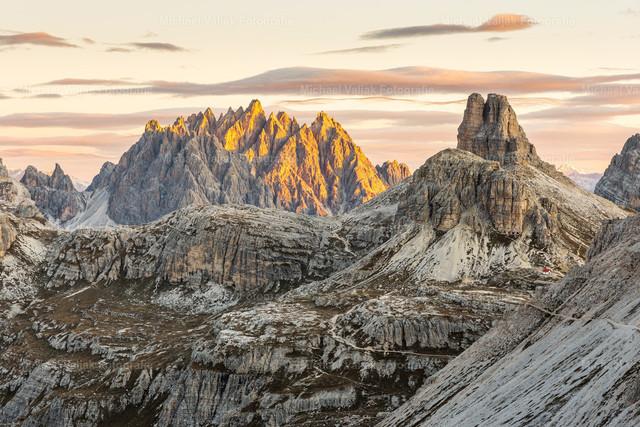 Haunold Dolomiten | Blick zur Haunoldgruppe in den Sextner Dolomiten, angeleuchtet von den ersten Sonnenstrahlen des Tages. Rechts im Bild sind der Sextner Stein und der Toblinger Knoten zu sehen, ein Berg direkt hinter der Dreizinnenhütte.