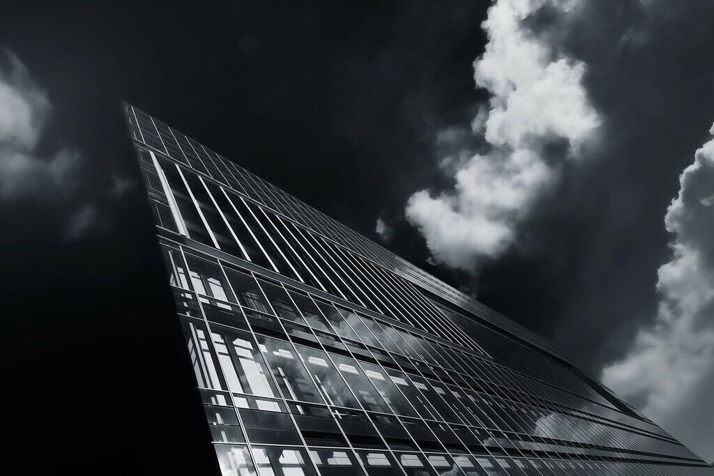 Wolkenschiff | Deichtorcenter Hamburg mit Wolken, schwarz/weiss