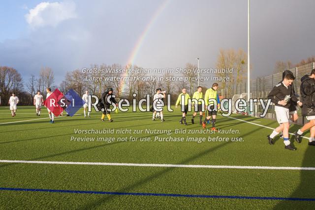 Fußball, Herren, Kreisliga 3, ETSV Hamburg II - SC Vier- und Marschlande III., Mittlerer Landweg, 01.03.2020 | Glückliche Sieger vom SCVM gehen vor dem Regenbogen vom Platz.