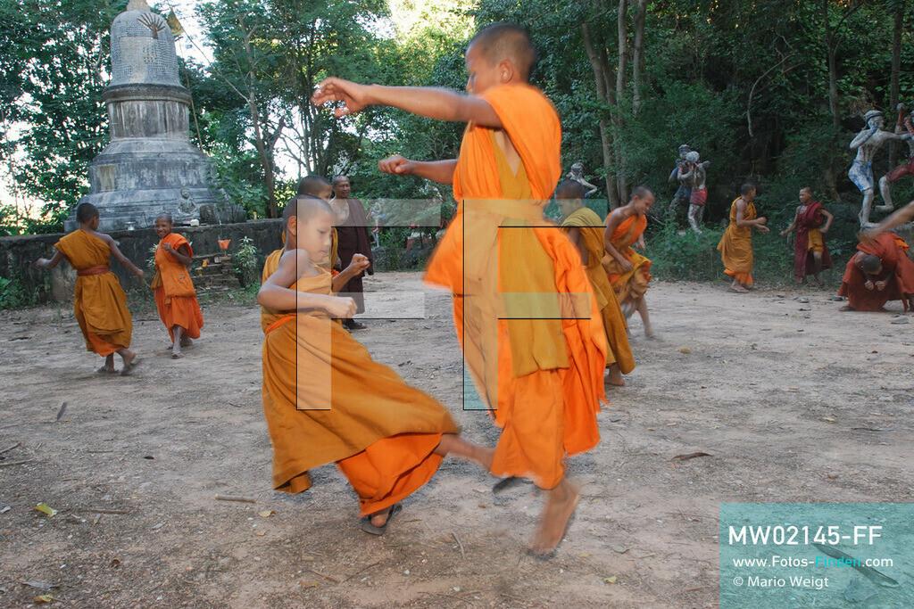 MW02145-FF | Thailand | Goldenes Dreieck | Reportage: Buddhas Ranch im Dschungel | Abt Phra Khru Bah Nuachai Kosito lernt den jungen Mönchen Muay Thai (Thaiboxen).  ** Feindaten bitte anfragen bei Mario Weigt Photography, info@asia-stories.com **