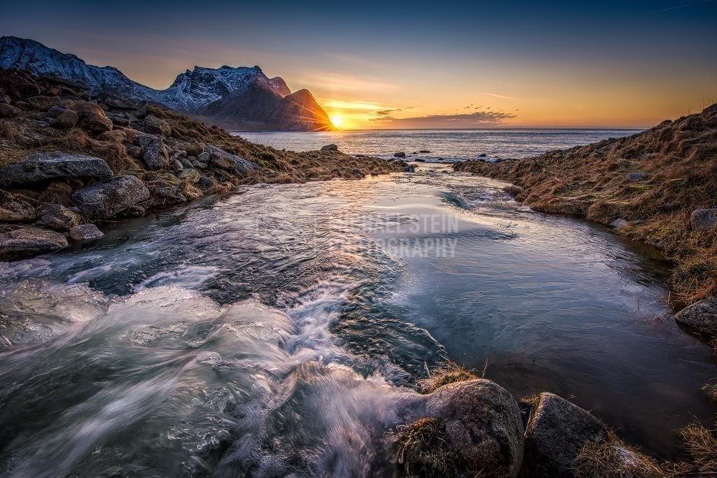 Norwegen - Unstad Beach Wasserfall | Wasserfall bei Sonnenuntergang nahe Unstad Beach