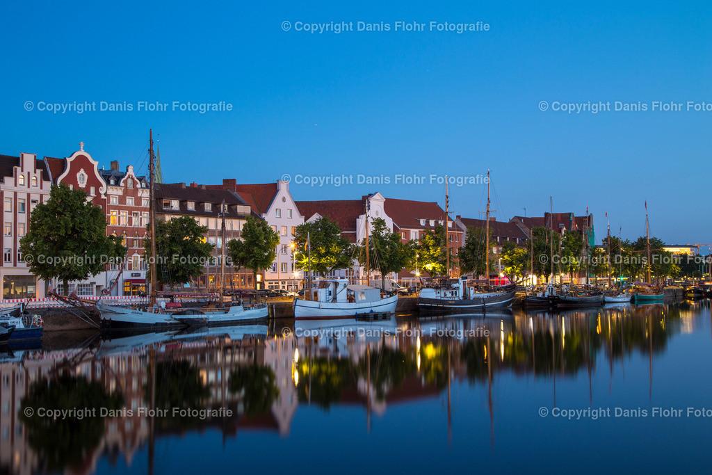 Blaue Stunde am Museumshafen Lübeck | Zur blauen Stunde sieht die Welt besonders aus. Auch der Museumshafen Lübeck wirkt magisch.