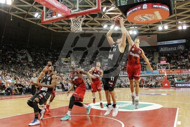 20160930_AF_D4_2398-2 | l-r: Zweikampf um den Ball Kresimir LONCAR #11 (S. Oliver Wuerzburg)und Vladimir LUCIC #11 (FC Bayern Basketball), FC Bayern Basketball vs. S. Oliver Wuerzburg, Basketball, Bundesliga, 30.09.2016