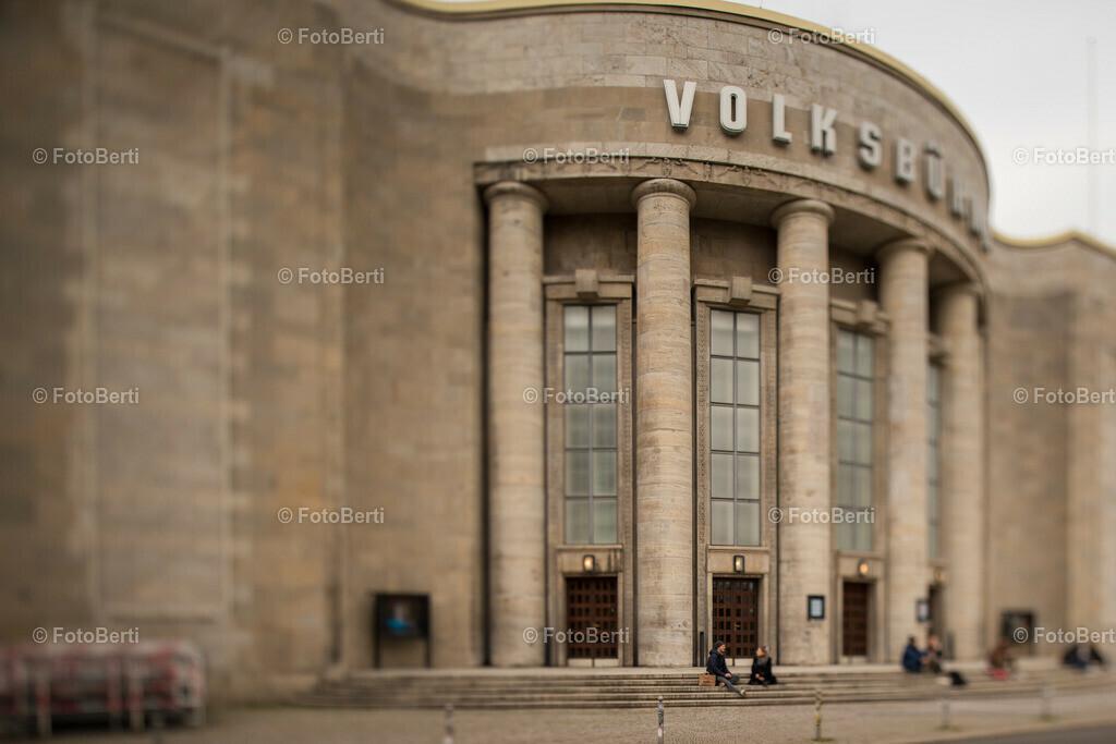 Die geschlossene Volksbühne | Die Stufen der Volksbühne als Ort der Unterhaltung