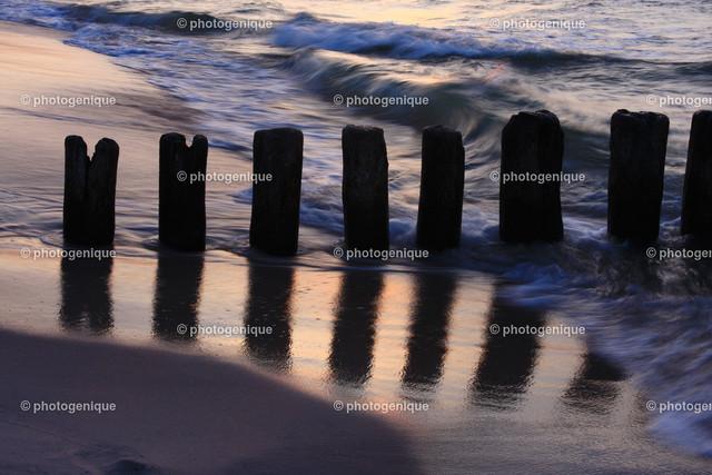 Buhnen am Strand von Chalupy   Spiegelung von Buhnen am Strand von Chalupy, Polnische Ostsee