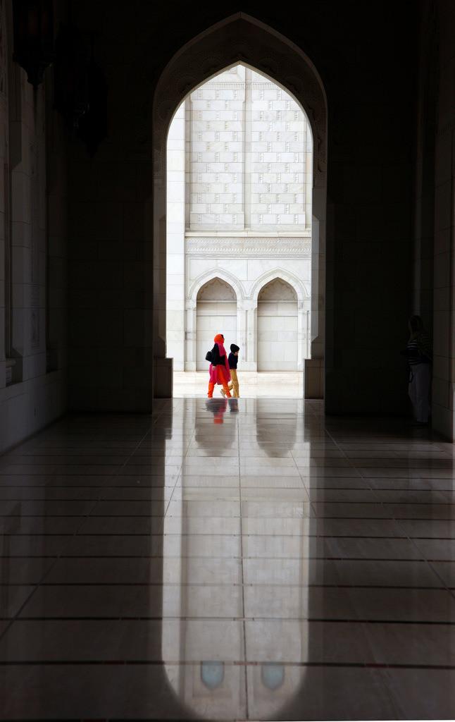 JT-090123-256 | Sheikh Zyaed Moschee, drittgroesste Moschee der Welt, mit 80 Kuppeln und 4 Minaretten, bietet Platz fuer 10000 Glaeubige im Innenraum der Moschee und fuer 30000 Menschen im Innenhof. Abu Dhabi, Vereinigte Arabische Emirate.