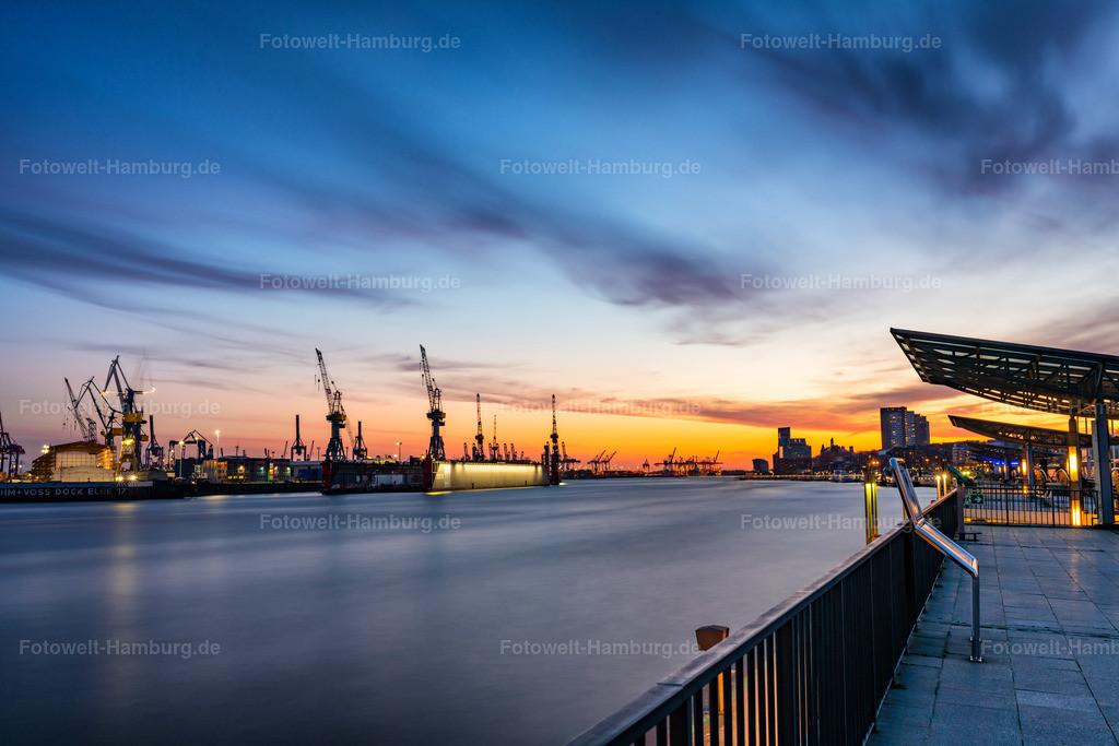 10200410 - Abend an der Elbe | Diese eindrucksvolle Langzeitbelichtung vom Blick auf den Hamburger Hafen lässt die Elbe fast wie gefroren wirken.