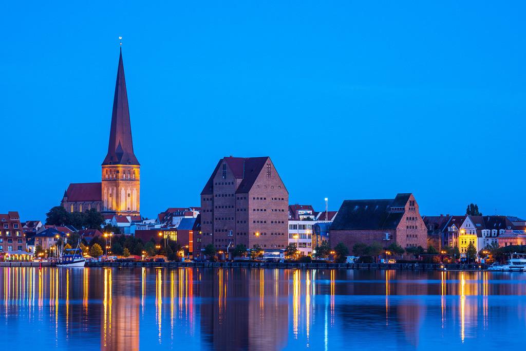 Blick über die Warnow auf die Hansestadt Rostock zur Blauen Stunde | Blick über die Warnow auf die Hansestadt Rostock zur Blauen Stunde.