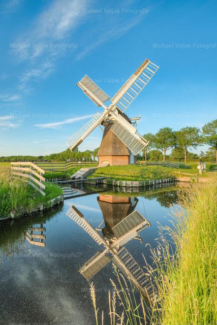 Windmühle 't Witte Lam | Die Windmühle 't Witte Lam liegt ein paar Kilometer nördlich von Groningen. An diesem Abend gab es eine schöne Spiegelung im Kanal, die tiefstehende Sonne tauchte die Windmühle und die Umgebung in ein schönes Licht.