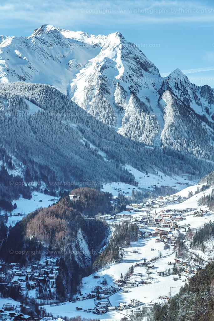 Blick hinunter nach Finkenberg im Winter-4