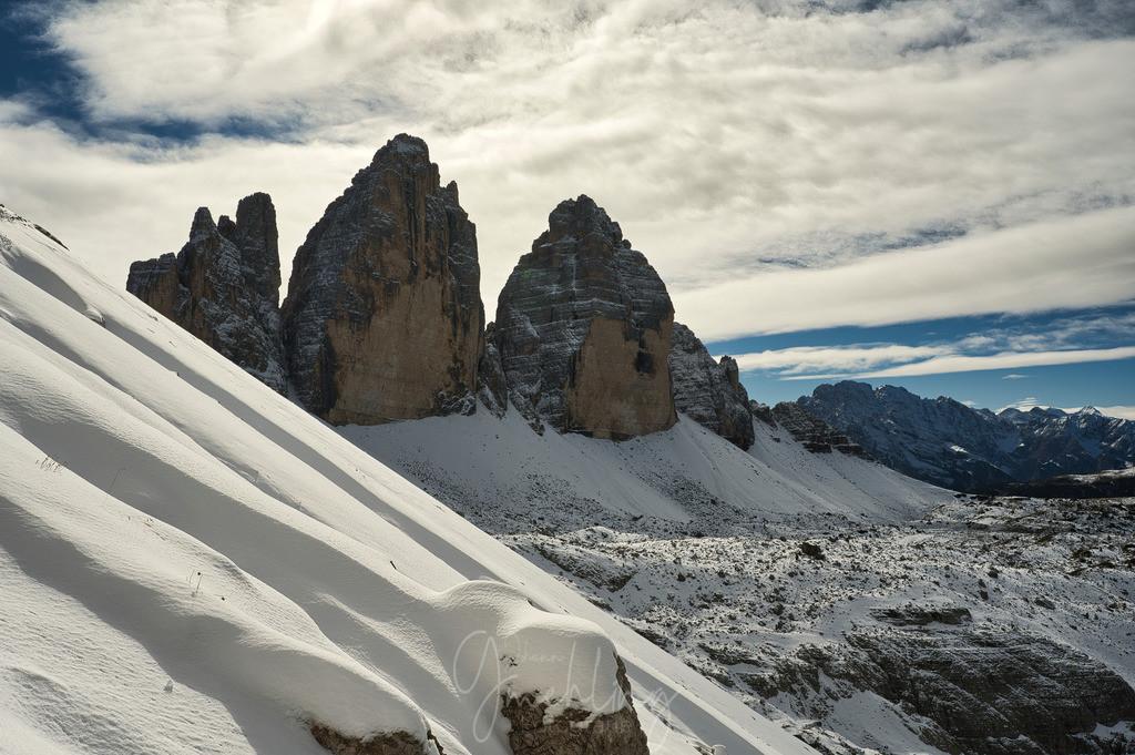 Drei Zinnen im Winterkleid | Dick verwehter Schnee und die Drei Zinnen im Hintergrund.