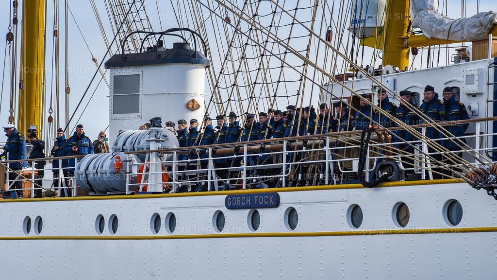 Gorch Fock Rückkehr nach Kiel | Kiel, nach fast sechs Jahren und einer vollständigen Grundinstandsetzung für 135 Millionen Euro kehrt das Segelschulschiff Gorch Fock (Bj. 1958) in seinen Heimathafen nach Kiel zurück. Am Nachmittag macht die Dreimastbark am Marinestützpunkt Kiel-Wik wieder an der Gorch-Fock-Mole fest. Detail der Mannschaft beim Einlaufen.