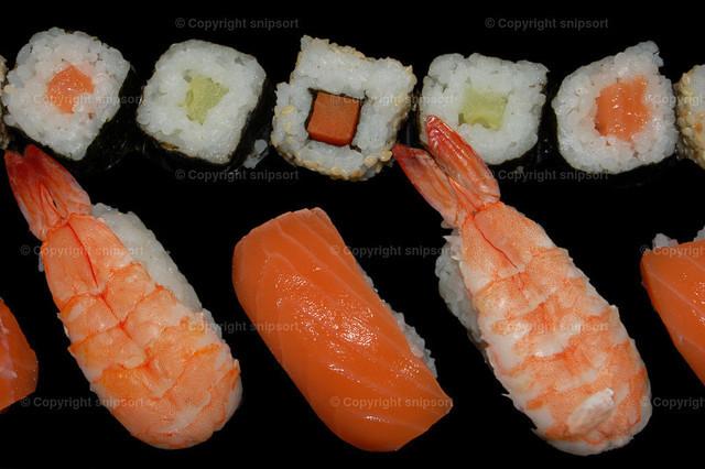 Sushi | Verschiedene Sushi-Arten über schwarzem Hintergrund