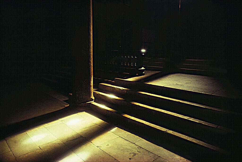 Travertintreppe | Lichtstrahlen auf einer Treppe in einer Kirche in Lucca, Toskana Italien.