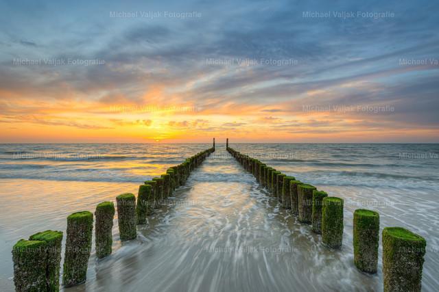 Abendstimmung am Strand in Domburg   Bunter Sonnenuntergang bei einer Buhne am Domburger Strand in Zeeland in den südwestlichen Niederlanden.