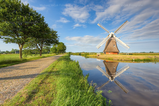 Krimstermolen bei Groningen | An einem späten Nachmittag im Sommer bei der Windmühle Krimstermolen nördlich von Groningen in den Niederlanden.