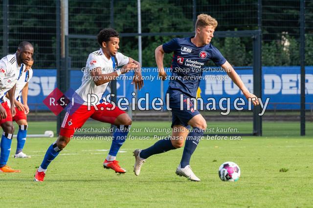 Fußball, Herren, Testspiel, Hamburger SV - FC Midtjylland, HSV-Trainingsplatz am Volksparkstadion, 20.08.2020   Xavier Amaechi (#17, HSV), Victor Torp (#39, Midtjylland)