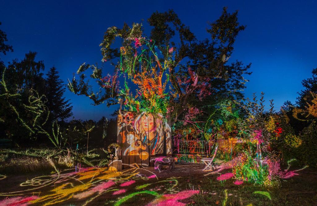 Bunter Abend 2 | Den Garten in ein Märchen verwandeln.Es bedarf nur  viele meiner Bilder, einen Photoapparat, 6 Projektoren, einen Kopf voll Ideen und einen Abend Zeit sie sichtbar zu machen. Diese Motive können sich auch zur Gestaltung von Postkarten, Einladungen oder Sprüchen eignen. - enjoy!