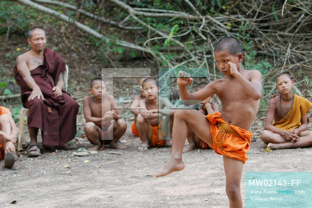MW02143-FF   Thailand   Goldenes Dreieck   Reportage: Buddhas Ranch im Dschungel   Abt Phra Khru Bah Nuachai Kosito lernt den jungen Mönchen Muay Thai (Thaiboxen).  ** Feindaten bitte anfragen bei Mario Weigt Photography, info@asia-stories.com **