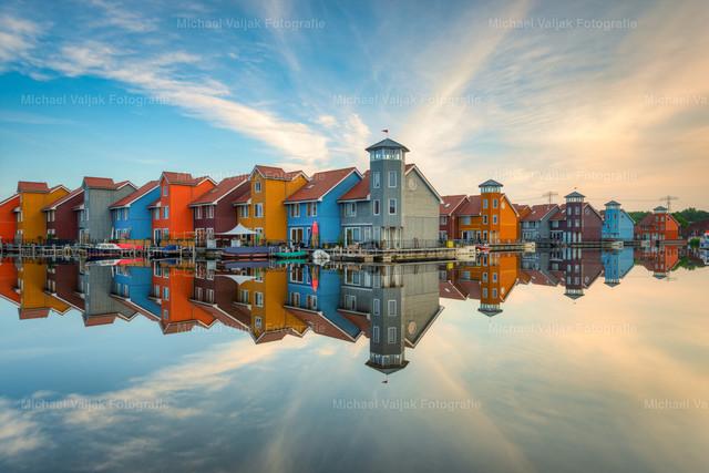 Reitdiephaven in Groningen | Der Reitdiephaven ist der Stadtjachthafen von Groningen. Dort stehen viele bunte Häuser die im skandinavischen Baustil errichtet wurden. An einem frühen Sommermorgen konnte ich diese perfekte Spiegelung festhalten, es war windstill und kurz nachdem auch das letzte Entlein weggschwommen ist, hat sich das Wasser so weit beruhigt, dass diese Spiegelung entstand.