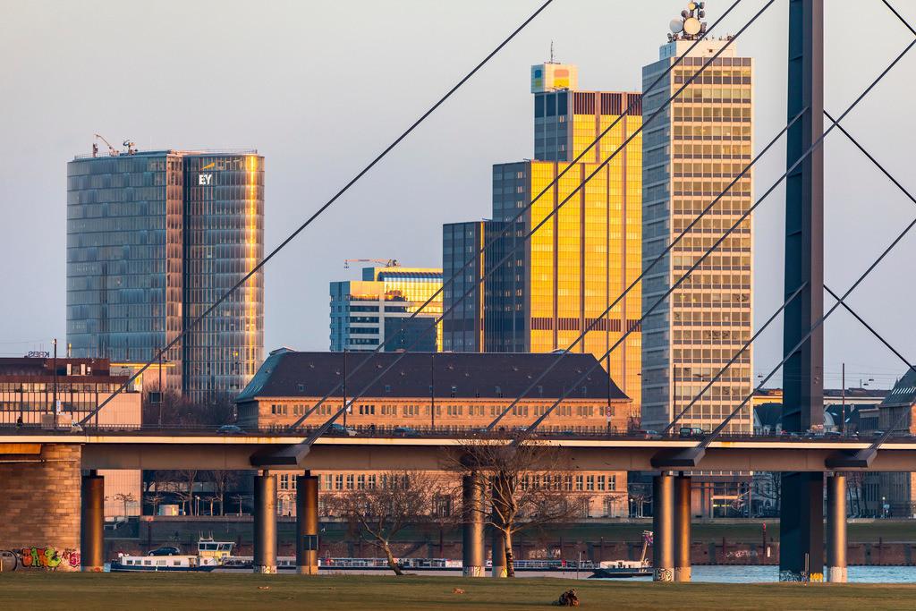 JT-180222-201   Düsseldorf, Skyline der Innenstadt, Hochhäuser, Rheinkniebrücke, Rhein, Frachtschiff,