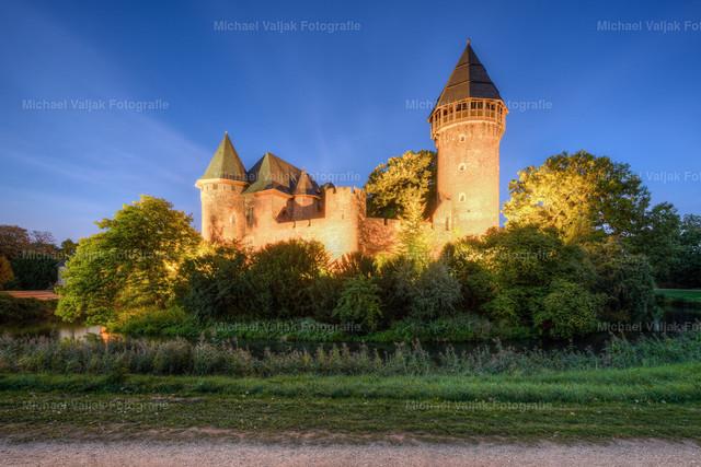 Burg Linn in Krefeld am Abend | Die Burg Linn ist eine Wasserburg im Stadtteil Krefeld-Linn. Sie liegt rund fünf Kilometer östlich der Krefelder Innenstadt.  Die Aufnahme entstand an einem herrlichen Abend im Frühherbst Anfang September.