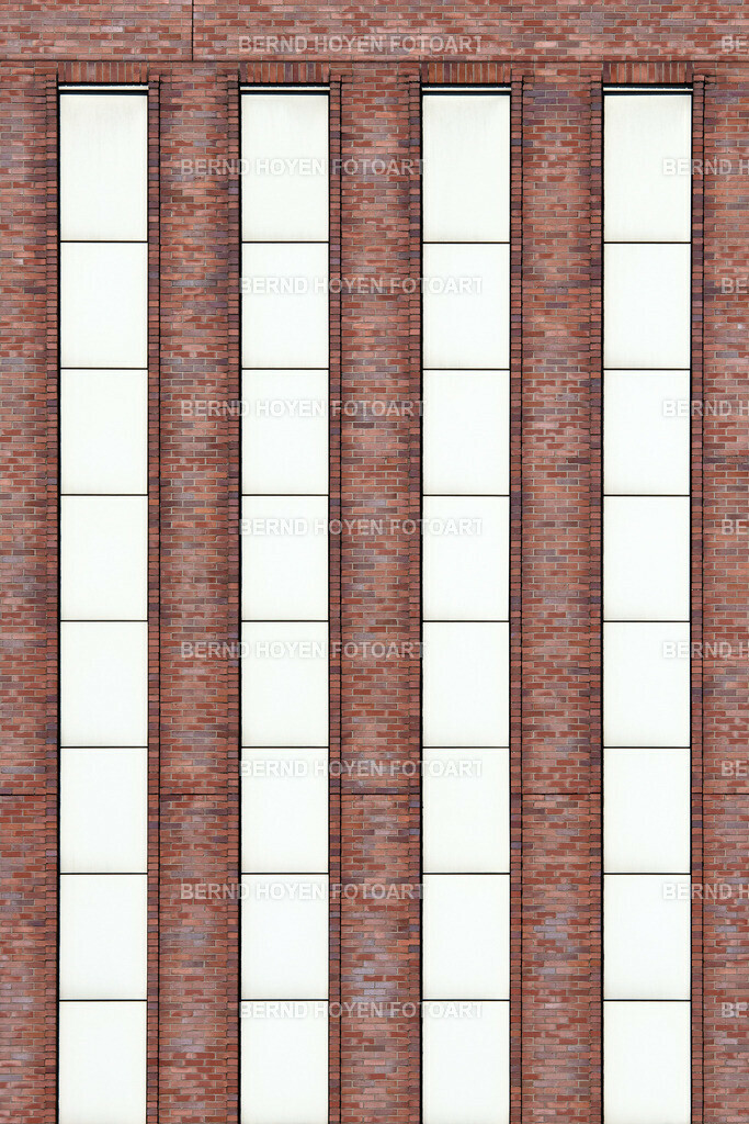 brick columns | Foto einer Hausfassade in Berlin, Deutschland. | Photo of a house facade in Berlin, Germany.