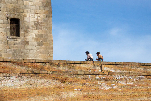 Schloss Montjuïc Detail Mauer, Besucher, Turm und Sonnenuhr | ESP, Spanien, Barcelona, 17.12.2018, PSchloss Montjuïc Detail Mauer, Besucher, Turm und Sonnenuhr [2018 Jahr Christoph Hermann]