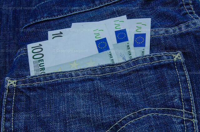 Geldbanknoten in der Hosentasche | Lässig gesteckte Hundert-Euro-Scheine in der Jeans-Gesäßtasche.