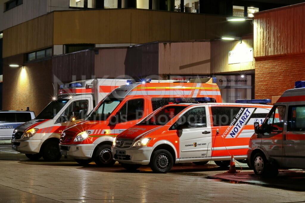 Rettungsmittelhalteplatz   Ein Rettungswagen, ein Krankenwagen, ein Notarzteinsatzfahrzeug und ein Kommandowagen am Rettungsmittelhalteplatz.