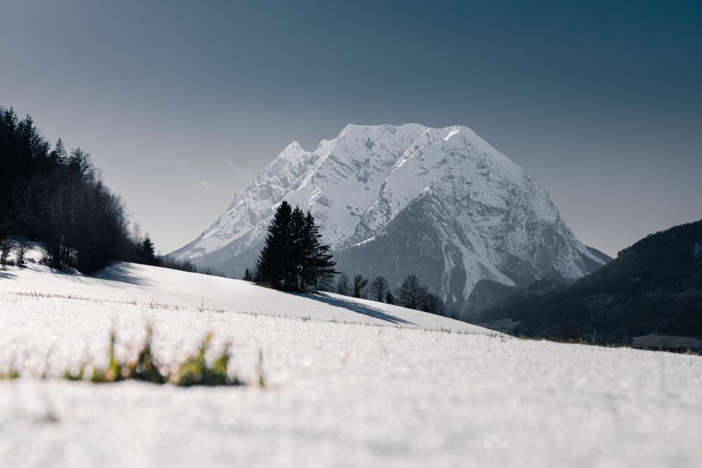 Fast Frühling | Der Schnee im Tal ist bereits am schmelzen während die Spitzen des 2,351 m hohen Grimming eisig hervorleuchten.