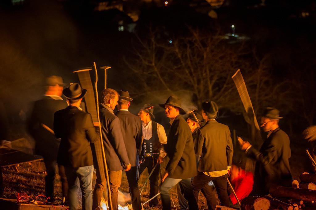 Scheibenschlagen   Scheibenschlagen ist ein alter Brauch im Schwarzwald, meist kurz vor Ostern schleudern die Jugendlichen über eine Rampe glühende Holzscheiben ins Tal.