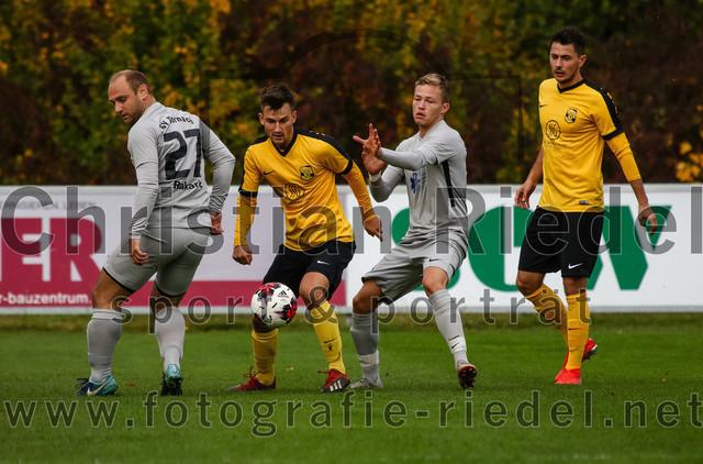 2019-10-19_020_FC_Moosinning_gegen_SV_Dornach | Moosinning, Deutschland, 19.10.2019: Fußball, Bezirksliga Nord 2019 / 2020, 15. Spieltag, FC Moosinning gegen SV Dornach, Endergebnis: 4:1  Robert Rakaric (SV Dornach, #27), David Diranko (FC Moosinning, #10), Markus Buck (SV Dornach, #11), Maximilian Löchner (FC Moosinning, #22)  Foto: Christian Riedel / fotografie-riedel.net
