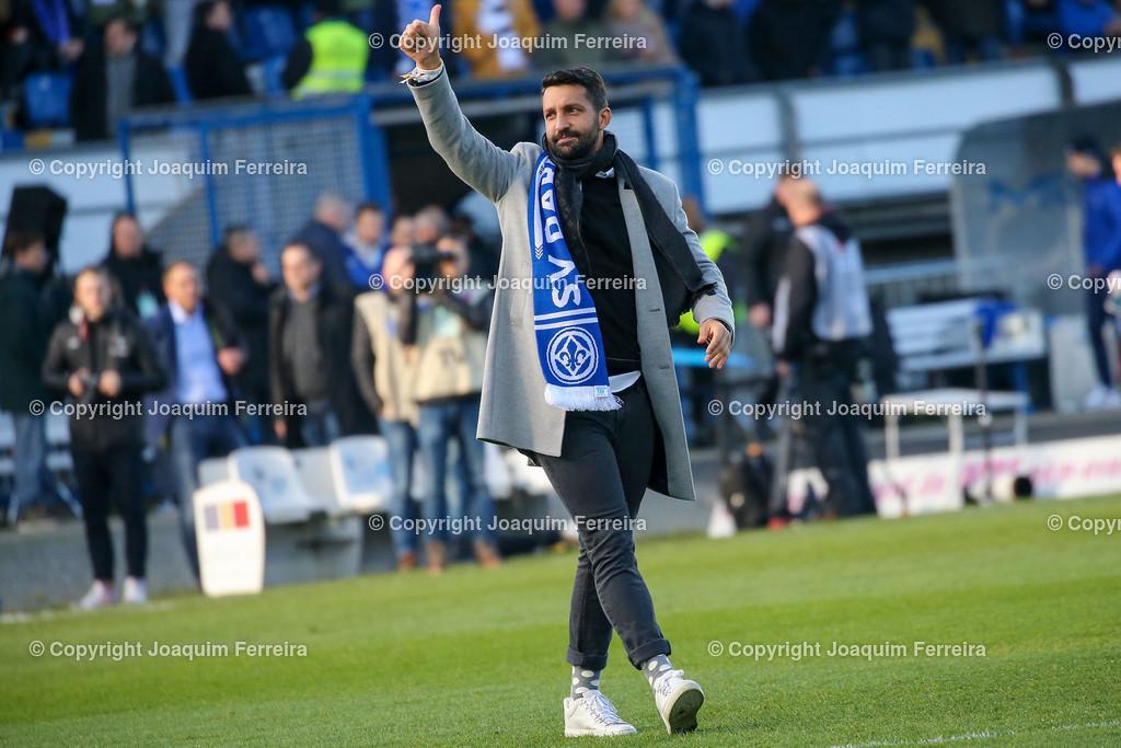 191221svdvshsv_0236   21.12.2019 Fussball 2.Bundesliga, SV Darmstadt 98-Hamburger SV emspor, despor  v.l.,  EL Capitano Kapitän Aytac Sulu bedankt sich bei den Fans, bedanken, Dank. Mannschaft nach dem Spiel, after the match bedankt sich bei den Fans, applauds the fans    (DFL/DFB REGULATIONS PROHIBIT ANY USE OF PHOTOGRAPHS as IMAGE SEQUENCES and/or QUASI-VIDEO)