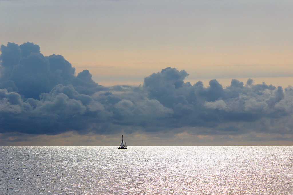 Strand in Damp   Segelboot vor Damp