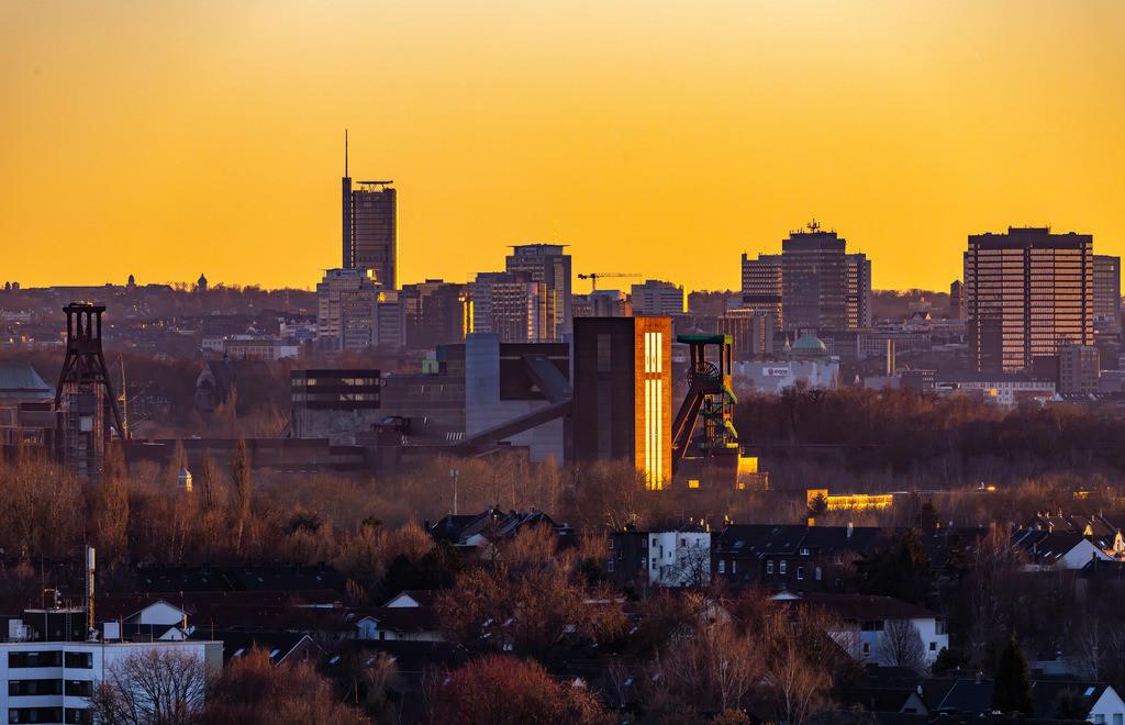 JT-190215-009   Skyline von Essen, vorne die Zeche Zollverein, Weltkulturerbe, dahinter die Hochhäuser der Innenstadt, mit dem Rathaus, rechts, RWE Tower, links,