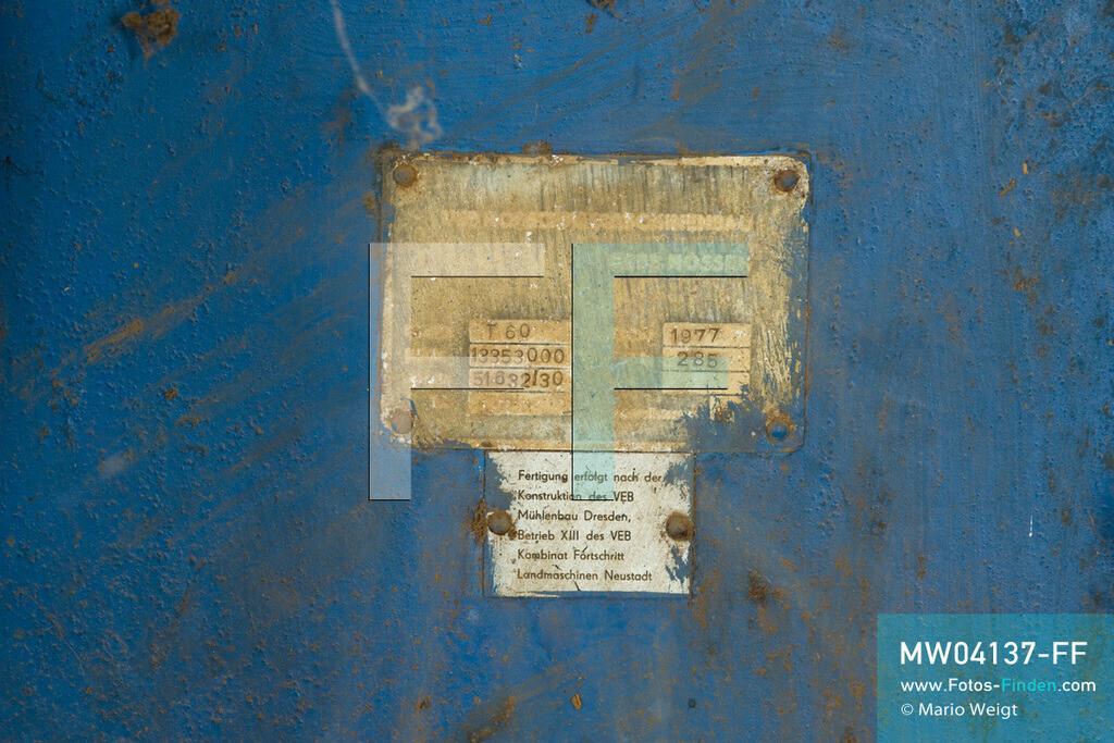 MW04137-FF | Laos | Paksong | Reportage: Kaffeeproduktion in Laos | Mit finanzieller Hilfe der damaligen DDR wurde in den 1980er Jahren die Kaffeeproduktion aufgebaut. Diese Fabrik ist stillgelegt. Die Maschinen stammen von der Firma Fortschritt. In den Plantagen auf dem Bolaven-Plateau wachsen Sträucher der Kaffeesorten Robusta und Arabica.  ** Feindaten bitte anfragen bei Mario Weigt Photography, info@asia-stories.com **