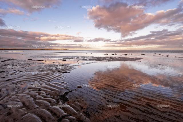 Küstenlandschaft mit Sandrippen und farbigen Wolken | Weiter Blick über eine Küstenlandschaft, im Vordergrund Sandrippen, darüber einige farbige Wolken, die sich im flachen Wasser spiegelt - Location: Ostseeküste Insel Rügen, Deutschland
