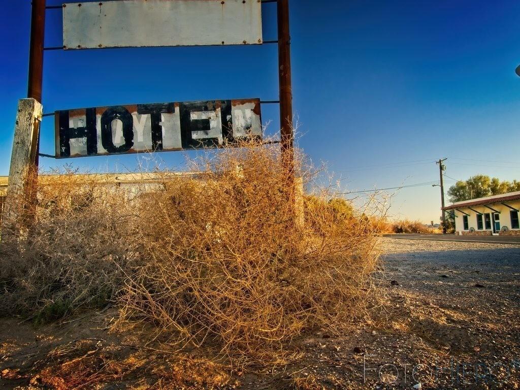 Amargosa Hotel, California, USA | Hotelschild an der Kreuzung der California State Route 190 und California State Route 127. Death Valley Junction, California, USA