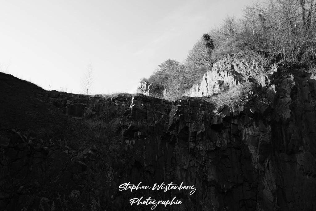 Wolfsmühle Teschenmoschel | Die Wolfsmühle Teschenmoschel, ein verlassener Steinbruch-Tagebau in Schwarzweiss.