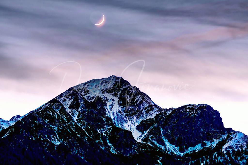 Nockspitze | Blick zur Nockspitze (Saile) mit Mond