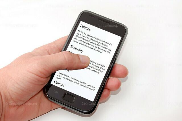 Nachrichten auf dem Smartphone | Eine männliche Hand hält ein Smartphone mit Nachrichten auf dem Display.