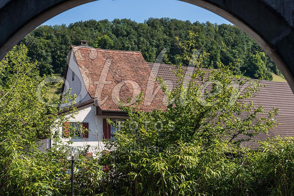 Torbogen Ziefen (BL) | Torbogen beim Pfarrhaus mit Altbauhaus im Zentrum, Ziefen im Kanton Baselland.