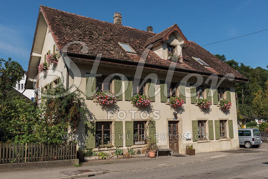Altes Wohnhaus, Reigoldswil (BL) | Altes Wohnhaus mit aufgesetztem Dachfenster, Reigoldswil im Kanton Baselland.