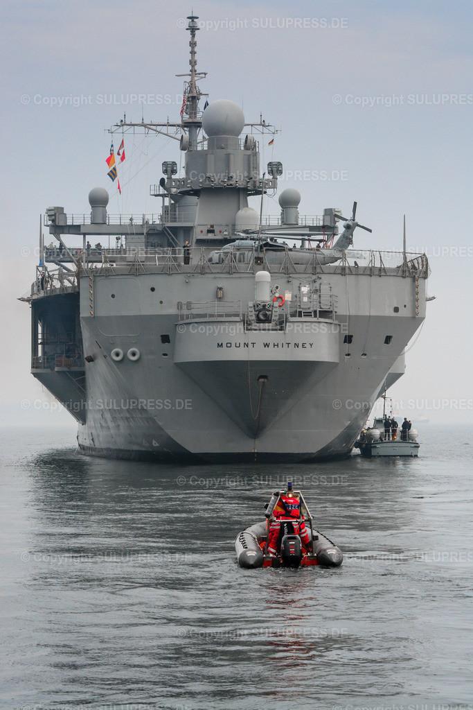 Die USS Mount Whitney in Kiel | 21.06.2013, die USS Mount Whitney (LCC-20), ein Kommandoschiff für die amphibische Kriegsführung der United States Navy und das zweite Schiff der Blue-Ridge-Klasse. Sie ist nach dem Mount Whitney benannt und dient seit 1971 in der US-Marine, seit 2004 gehört das Schiff zum Military Sealift Command. Es ist in Gaeta, Italien, stationiert und dient als Flaggschiff des Kommandeurs der 6. US-Flotte. Das Schiff beim Einlaufen nach Kiel, während des NATO Manövers BALTOPS.