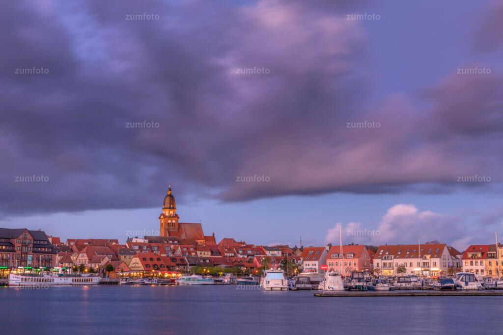 171029_1708-1895-A | --Dateigröße 6720 x 4480 Pixel-- Satdthafen von Waren kurz nach Sonneuntergang