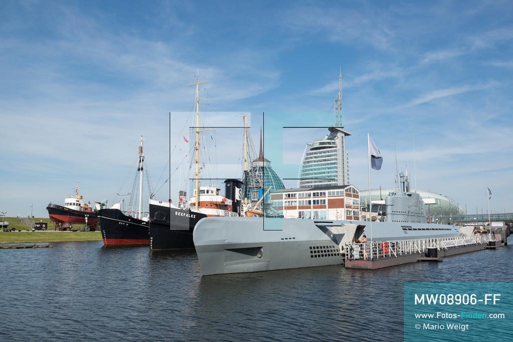 MW08906-FF   Deutschland   Niedersachsen   Bremerhaven   Reportage: Reise entlang der Weser   Stadtviertel Havenwelten mit Museumshafen. Das graue U-Boot Wilhelm Bauer ist von 1945 und beherbergt ein Technikmuseum. Dahinter reihen sich das alte Bergungsschiff Seefalke, der dampfgetriebene Walfänger Rau IX und der Hafenschlepper Stier aneinander. Nahe Bremerhaven fließt die Weser nach 452 km in die Nordsee.  ** Feindaten bitte anfragen bei Mario Weigt Photography, info@asia-stories.com **